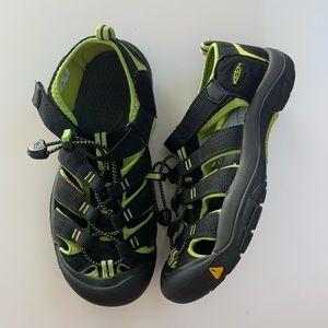 Keen sandals size 5 Boys Newport H2 Big kids black